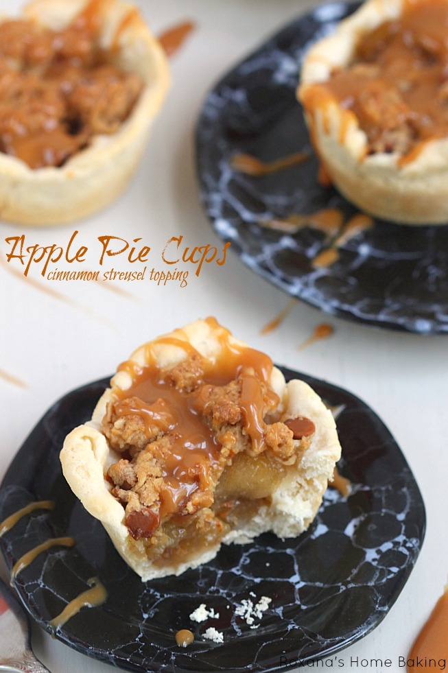 Traditional apple pie got a make-over! Apple pie cups with cinnamon streusel topping from Roxanashomebaking.com